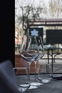 vue de la rue lorsque l'on se trouve dans la salle de restaurant du Café de l'Ardèche