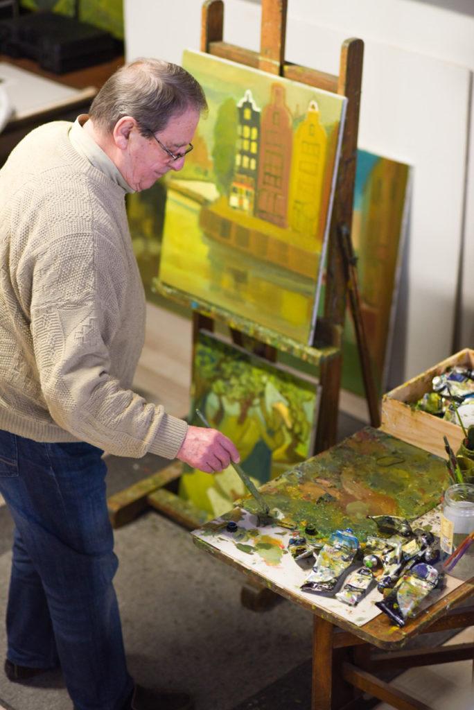 Le peintre Ganne Rullier dans son atelier de Montélimar