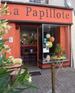 devanture orange du restaurant à concept La Papilotte