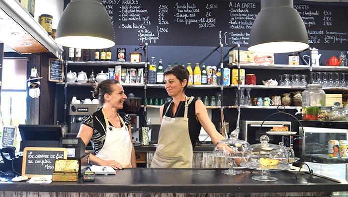 Photo de Nathalie et Stéphanie derrière le comptoir de leur lieu atypique : l'écho café.